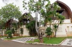 Banyaknya pepohonan mendukung keasrian resort ini